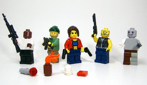 Lego-Figuren mit Waffen