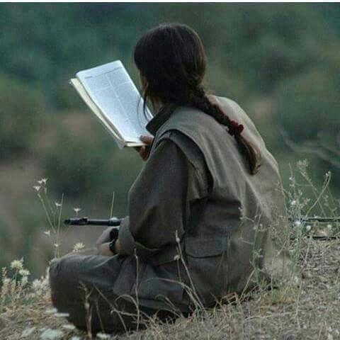 [Foto: YPG-Kämpferin liest]